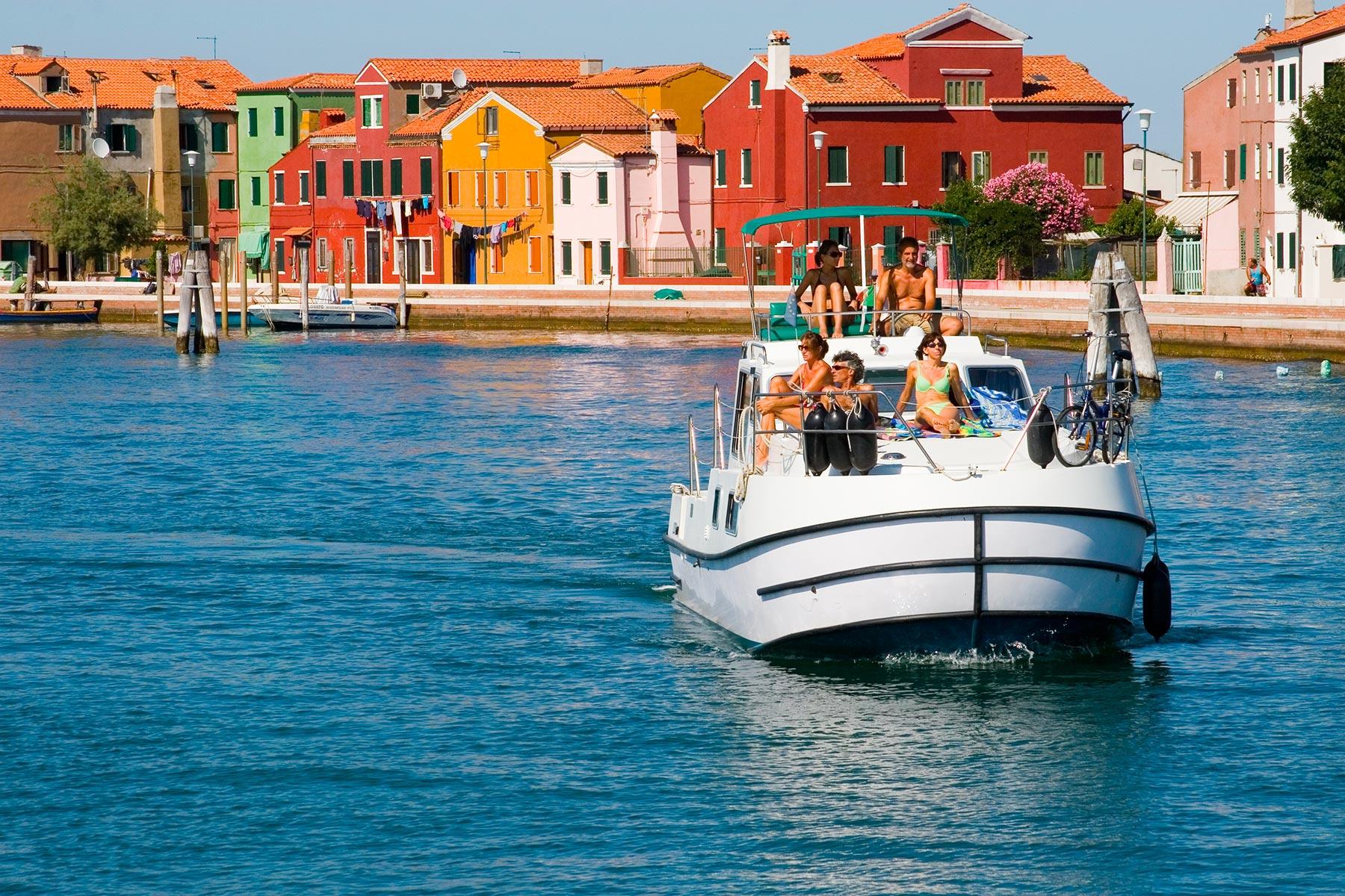 Lebenswertes Boot Hausboot Burano Ferien bunte Häuser