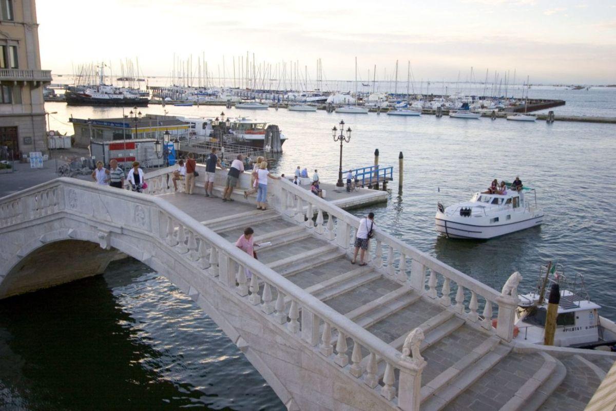 Urlaub im Hausboot zum Nageln der Venedig Vigo Brücke