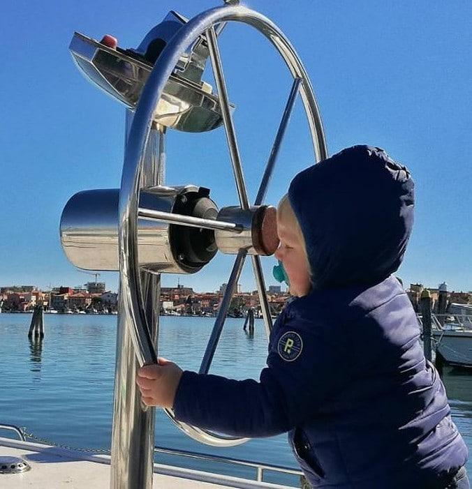 bébé blond gouvernail bateau yatch yatch houseboat