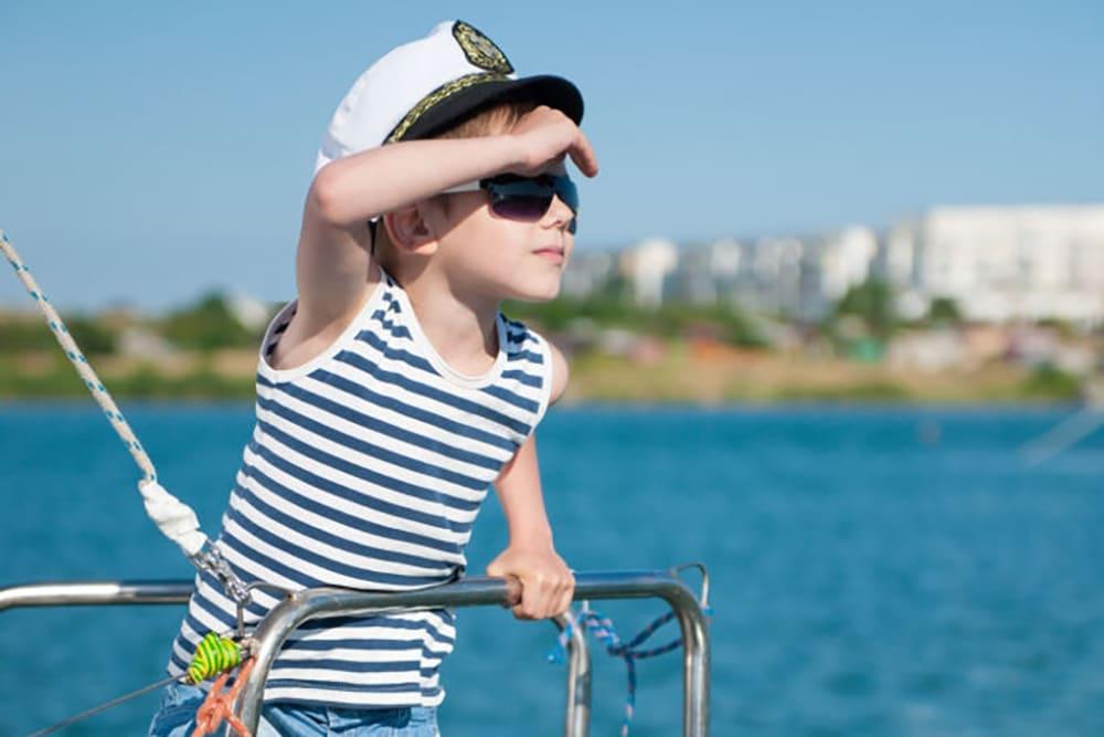 bambino marinaio occhiali da sole navigazione
