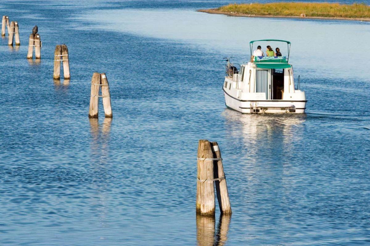 habitable boat rental lagoon veneto houseboat