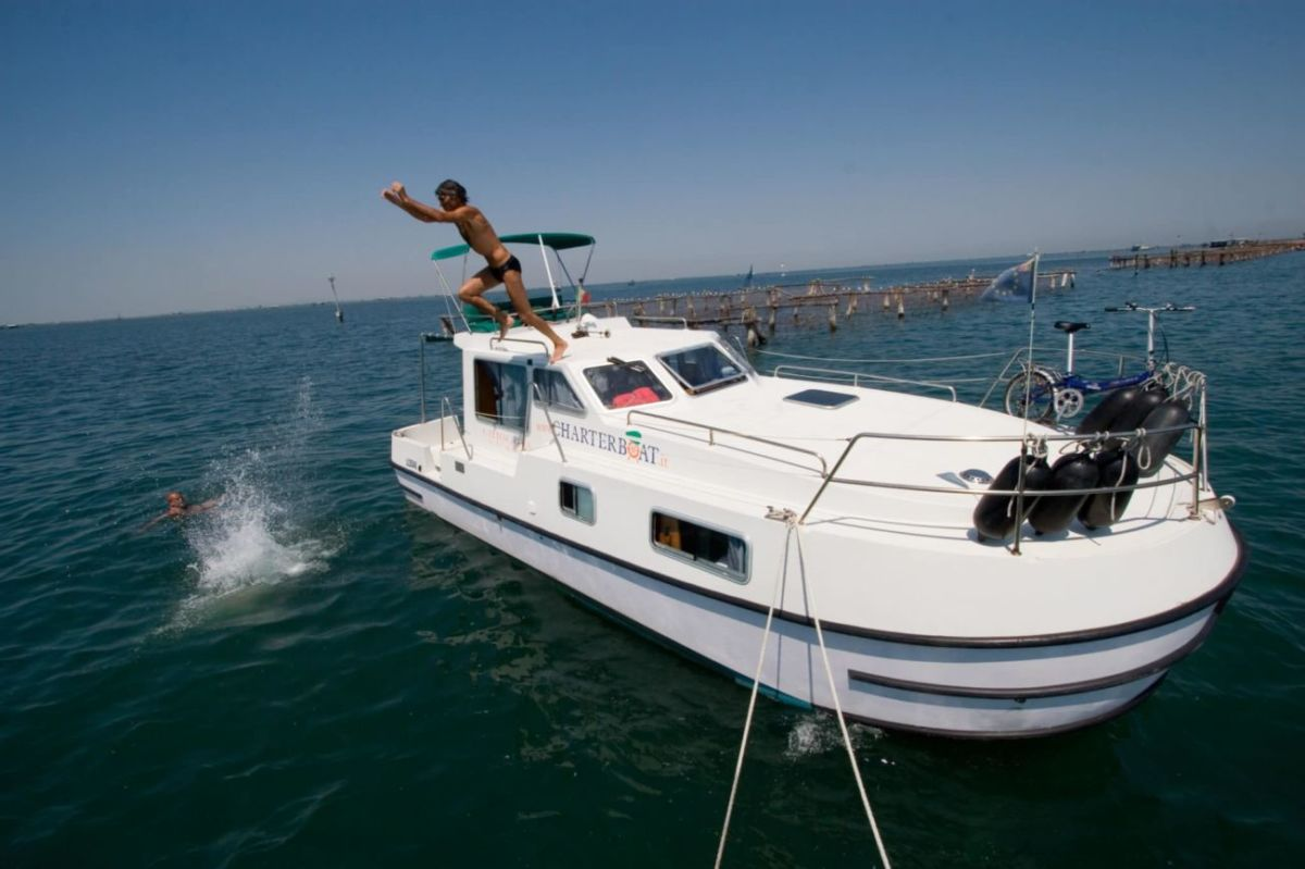 tuffo dalla barca laguna venezia viaggio in barca houseboat charterboat.it