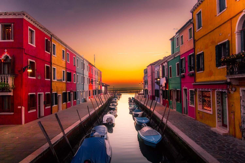 case colorate a venezia canale con barche tramonto