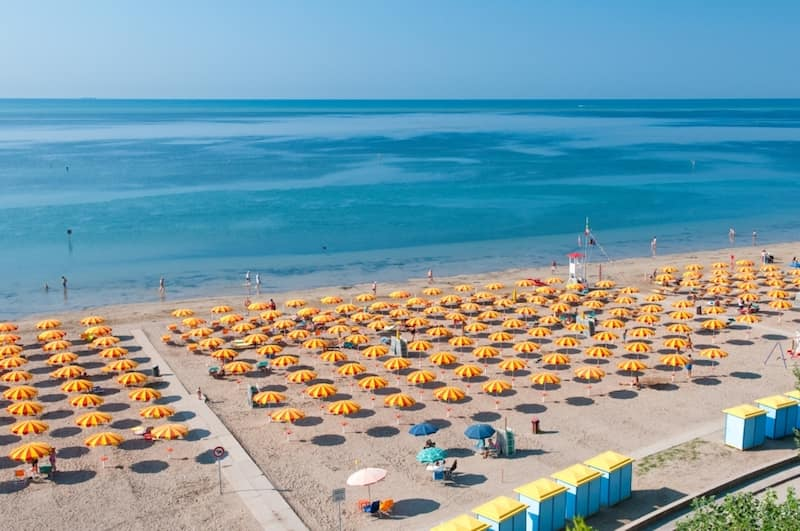 plage de Grado parasols sable et mer