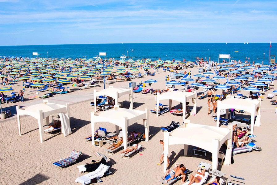 Plage de Sottomarina parasols pavillon soleil et mer en Chioggia