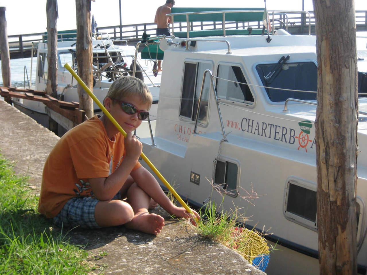 Bambino pesca pescare in barca houseboat a Chioggia