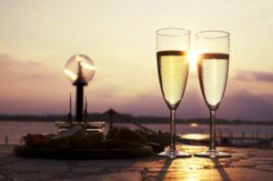 Gobelets de vin Prosecco au coucher du soleil