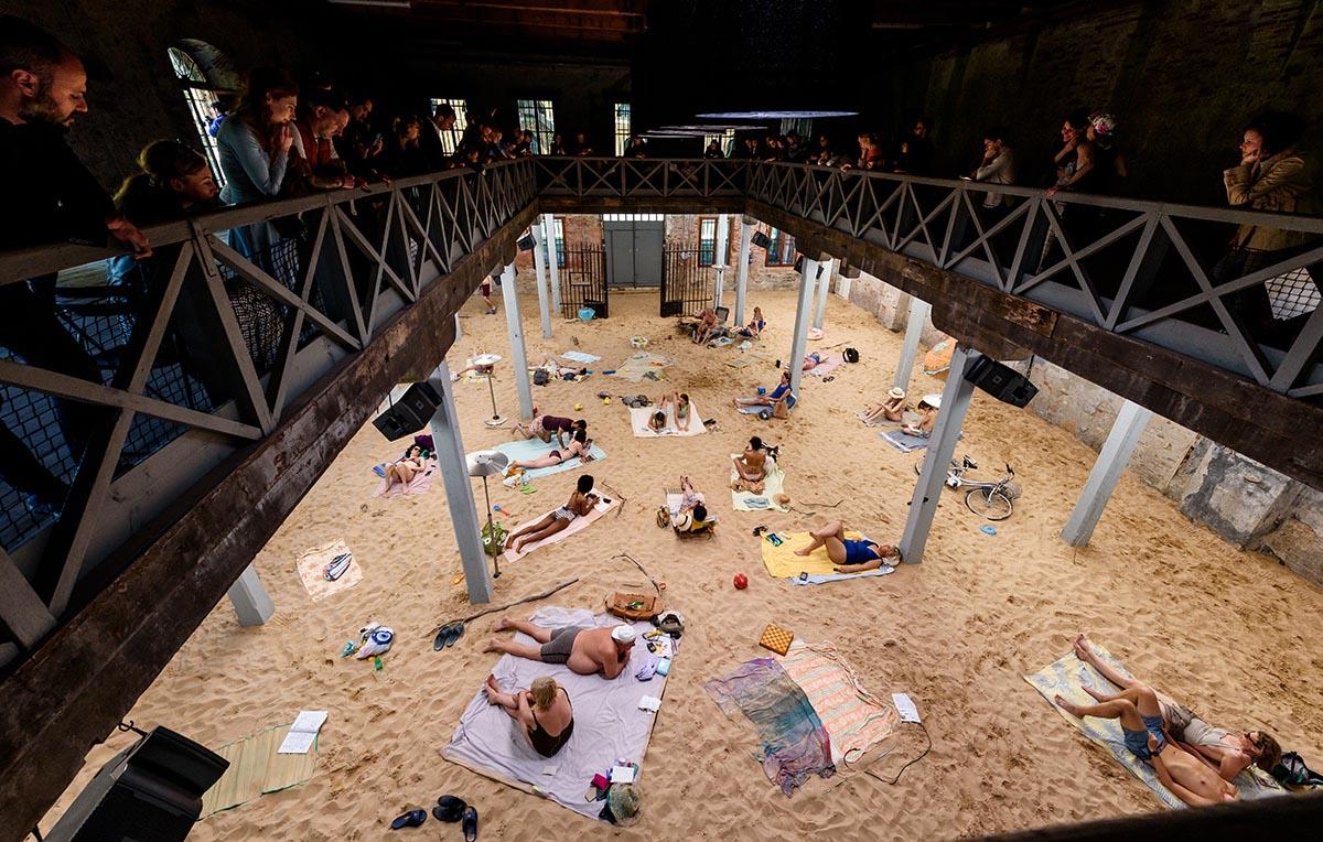 Biennale Venezia 2019 padiglione Litualia leone d'oro spiaggia finta lirica