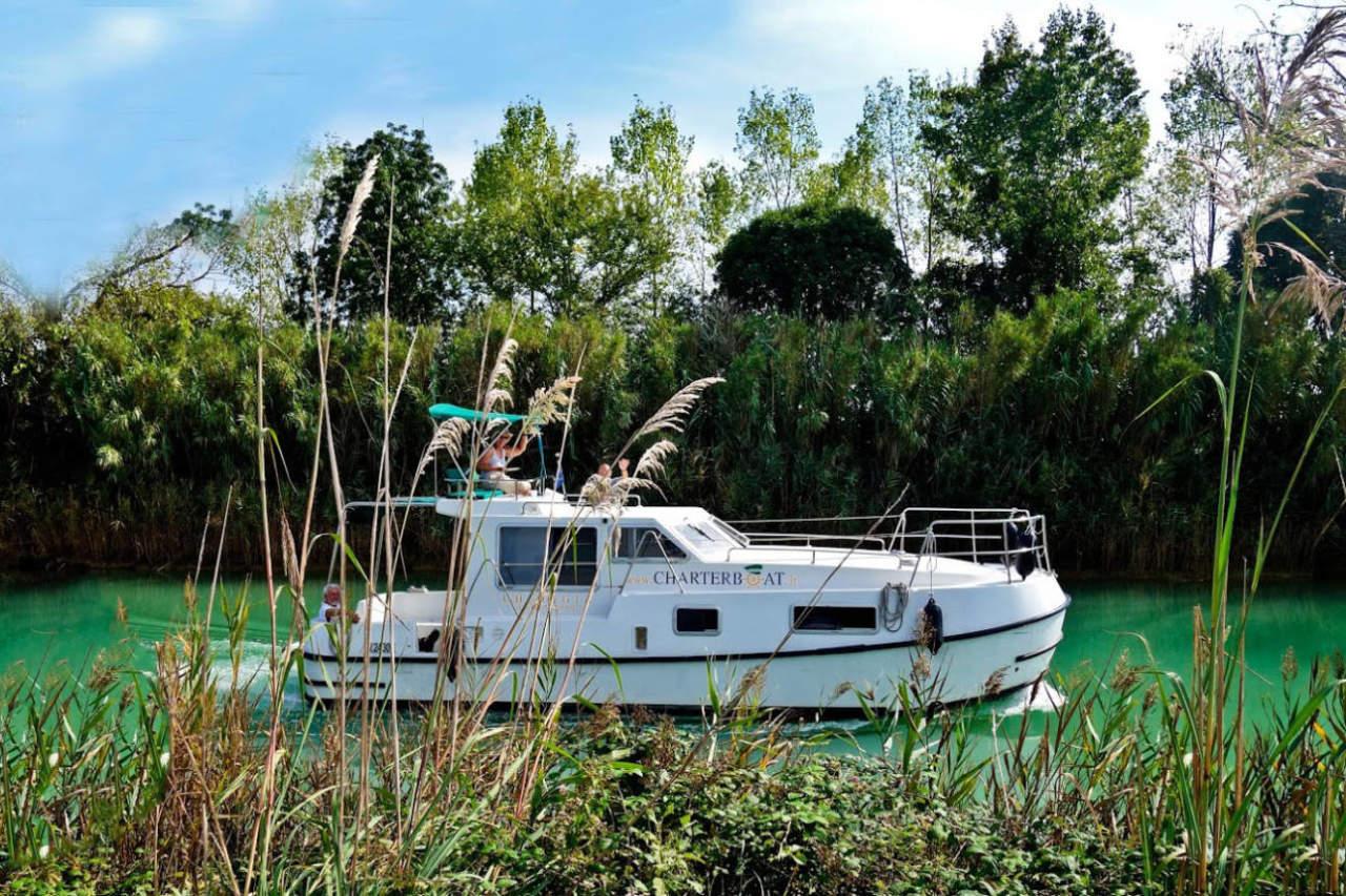 Houseboat nel fiume navigazione natura
