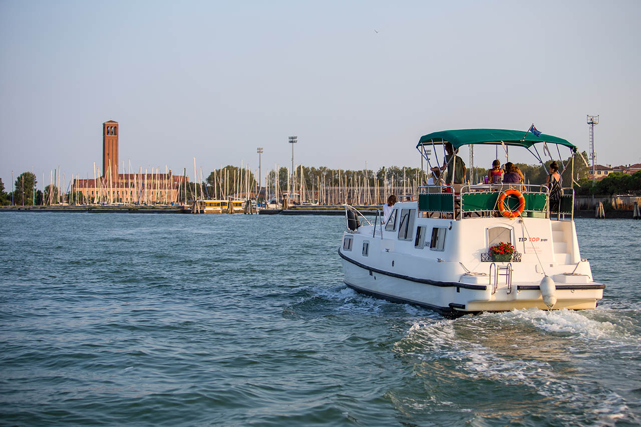 Houseboat Tip Top RVF charterboat nella laguna di venezia