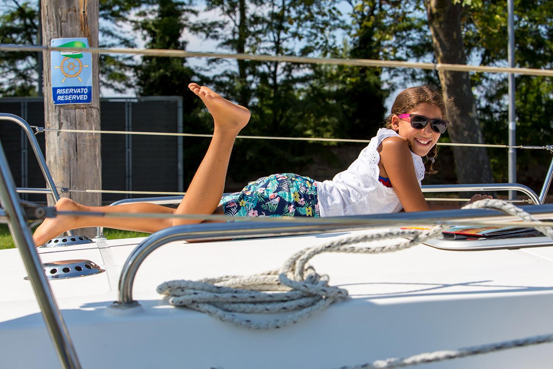 Bambina sorridente in houseboat rendez vous fantasia charterboat