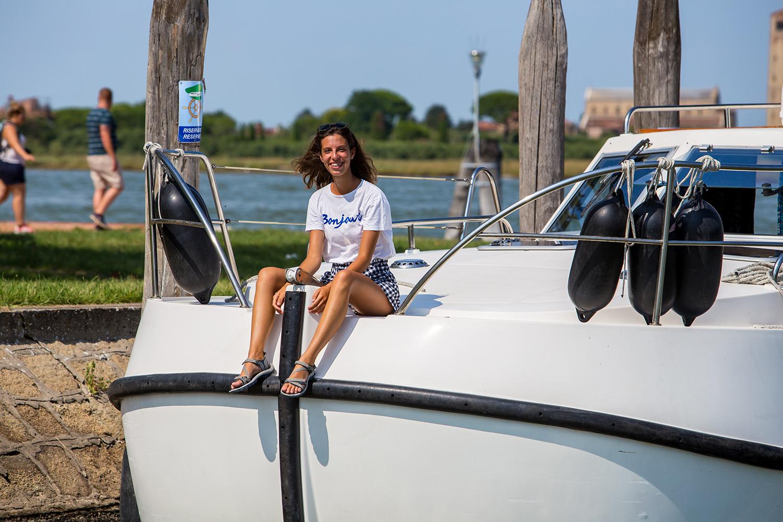 Ragazza sorridente in houseboat laguna di venezia rendez vous fantasia charterboat