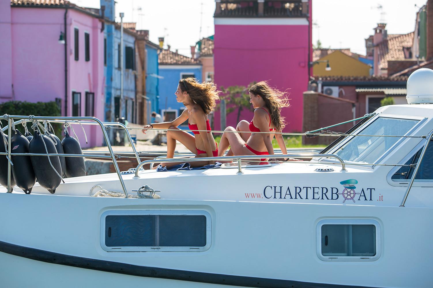 Ragazze in costume houseboat rendez vous fantasia charterboat murano venezia