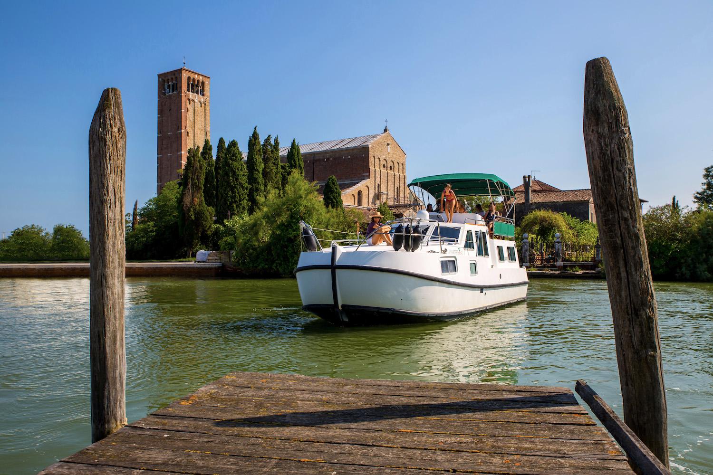 Houseboat fronte basilica torcello maria assunta